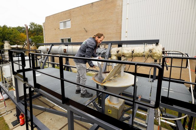 The iron powder is poured into the iron fuel installation at brewery Bavaria in Lieshout. Photo: Bart van Overbeeke