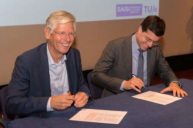 Frank Baaijens, rector magnificus of TU/e, and FME director Karsten Klein sign strategic collaboration agreement (Photo: Ruud Strobbe)