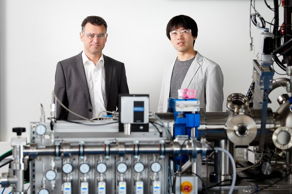 Researchers Emiel Hensen and Wei Chen. Photo: Bart van Overbeeke.